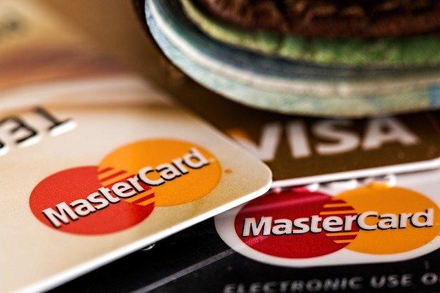 Typickým příkladem revolvingového úvěru je kreditní karta.