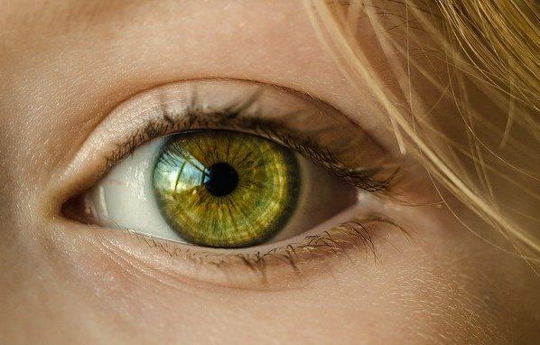 oční kontakt první dojem