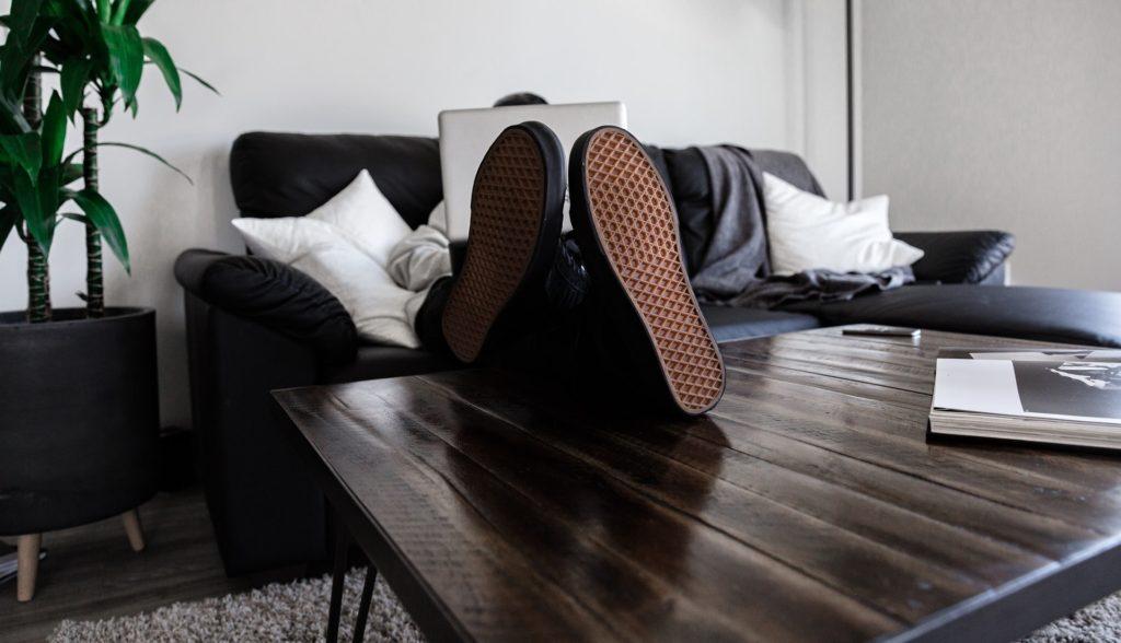 Pracující muž s nohami na stole. Takhle by home office vypadat neměla.