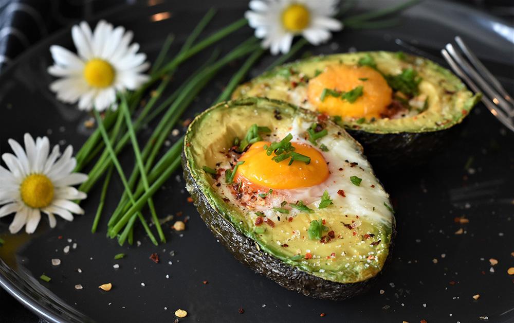 zapečené avokádo s vejcem