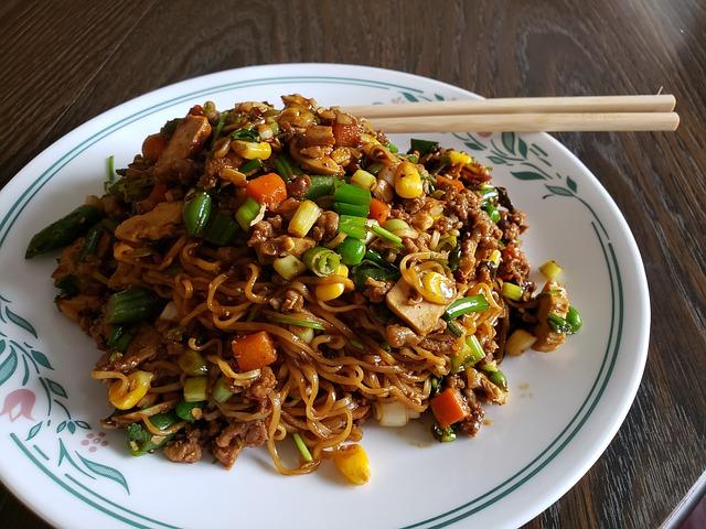 Čínské nudle s kuřecím a zeleninou