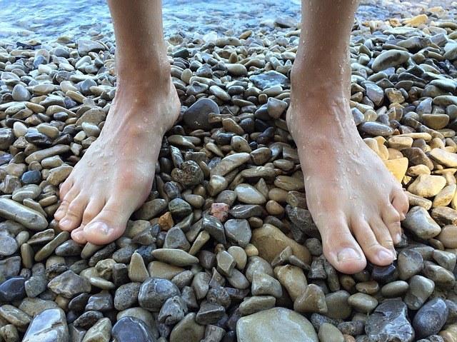 správně chodit a stát, barefoot, bosá chůze, reflexní body chodidel