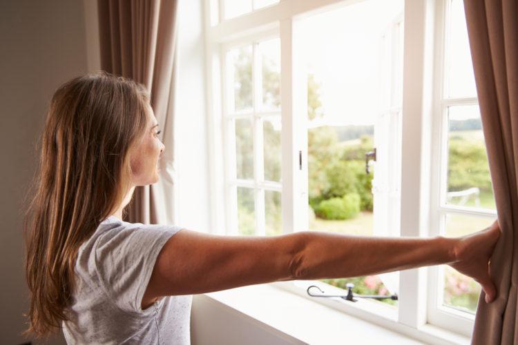 žena u okna