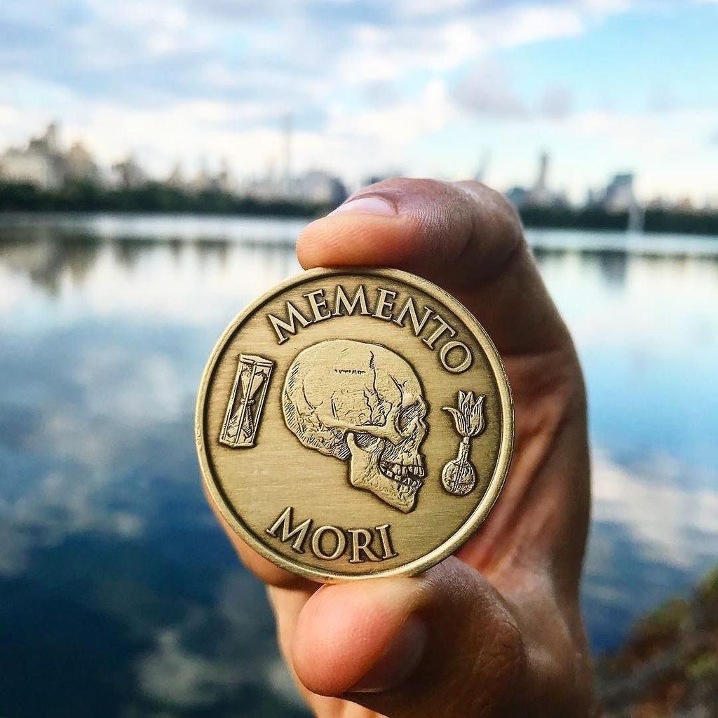 Netradiční mince s nápisem Memento mori.
