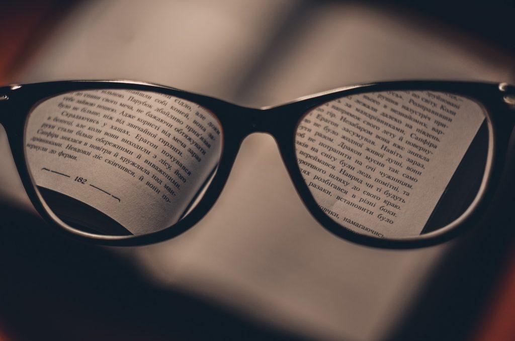 brýle kniha čtení soustředit se