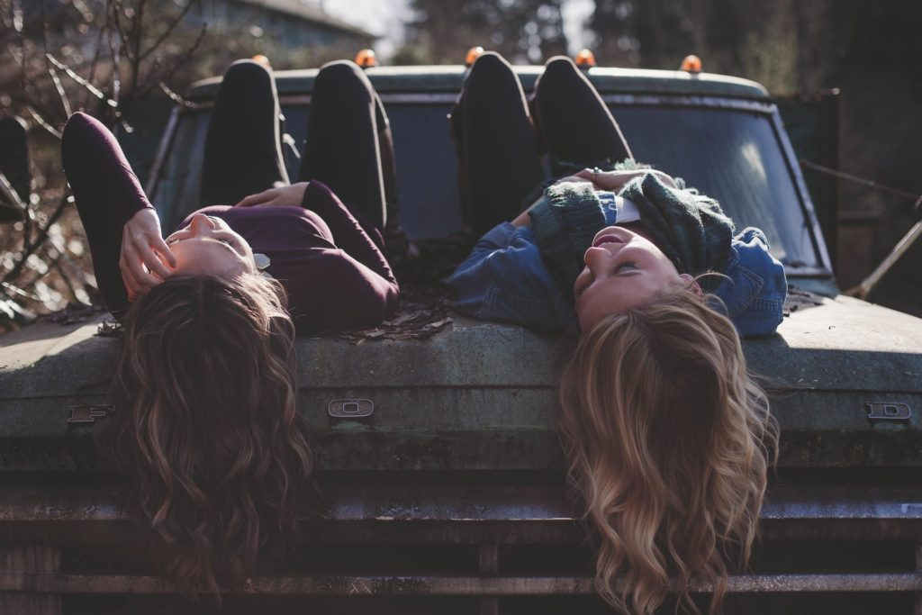 přátelství, holky, auto, zábava