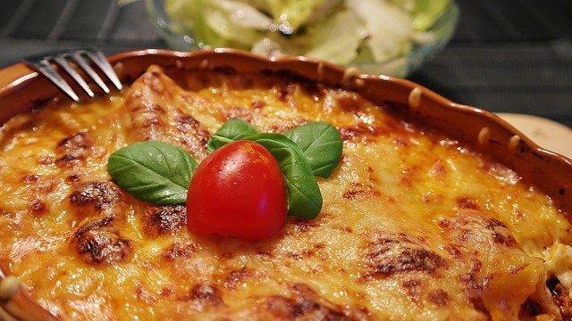 Lasagne s křupavou vrstvou sýra na povrchu