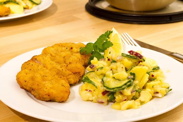 Co vařit k obědu? Řízek a salát!