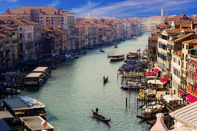 Projeďte se po některém z mnohých benátských kanálů
